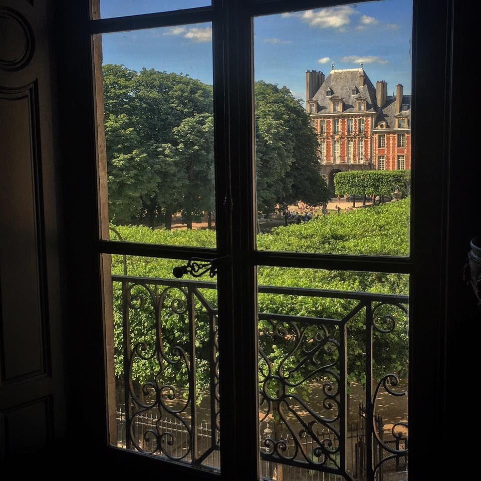 Simplement admirer la superbe place royale des Vosges depuis chez Victor Hugo ! @MVHugo #histoire #victorhugo #tourisme #patrimoine #Paris<br>http://pic.twitter.com/IC2tElNitD