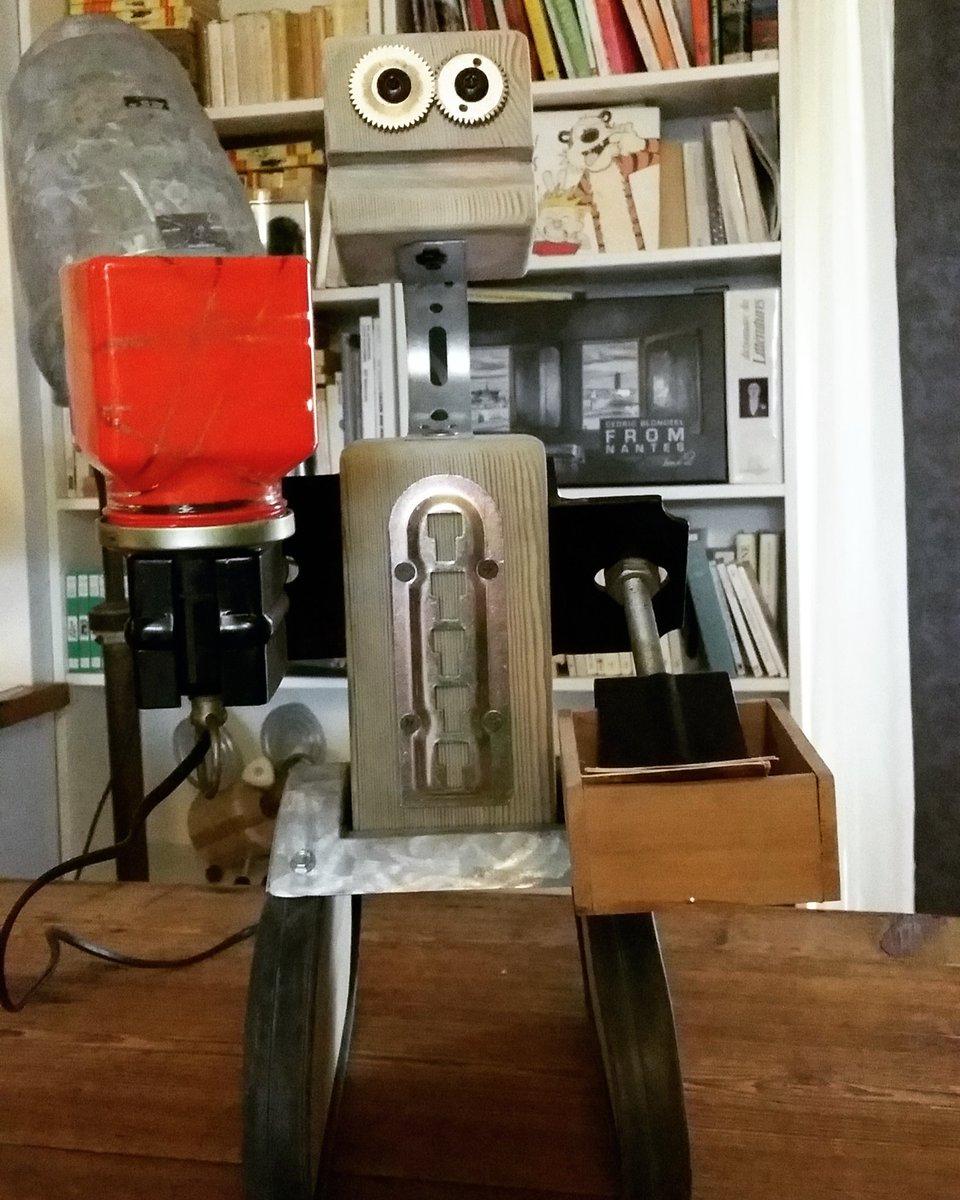 Nouveau #personnage qui sert de #lampe &amp; porte cartes #upcycling #réemploi #recyclage #art #handmade #ESS #french #deco #nantes #bzh #france<br>http://pic.twitter.com/GE3hmRBUEJ