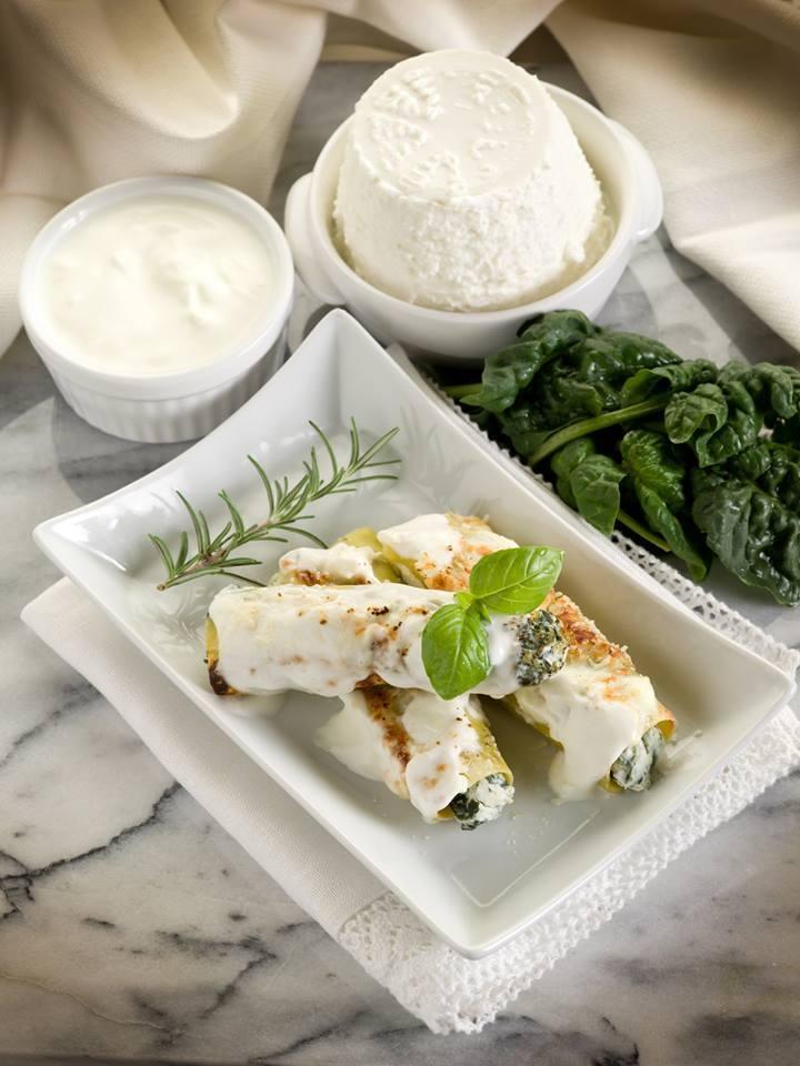 Cannelloni épinards et ricotta  http://www. cuisine-et-mets.com/legumes-pates- et-riz/pates/cannelloni-epinards-ricotta.html &nbsp; …  Ajouter un peu de chèvre à la sauce #recettes #pâtes #cuisine <br>http://pic.twitter.com/Baop7nuHu0
