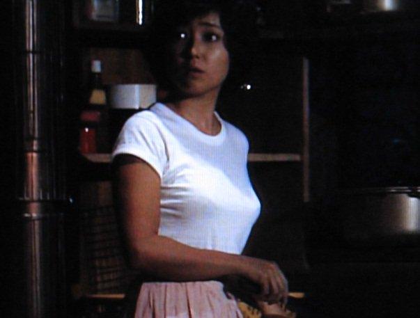 ピッタリとした白いTシャツを着て振り向く若い頃の竹下景子