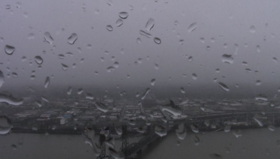 Rain &amp; a few snowflakes mixing in around Portland this morning. @KOINNews #koin6news #portland #pdxsnow <br>http://pic.twitter.com/aRYu8BeLP3