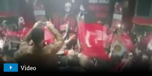 Ülkücüler Akşener'le beraber İzmir Marşı'nı söyledi https://t.co/fyADr...