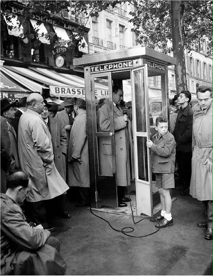 1ère cabine téléphonique devant la brasserie #Lipp ...en 1955 ! #Paris #vintage  http:// paris-visites.wixsite.com/paris-visites  &nbsp;   #tourisme  @IsabelleSpanu @orange <br>http://pic.twitter.com/XAZbzhfs2R