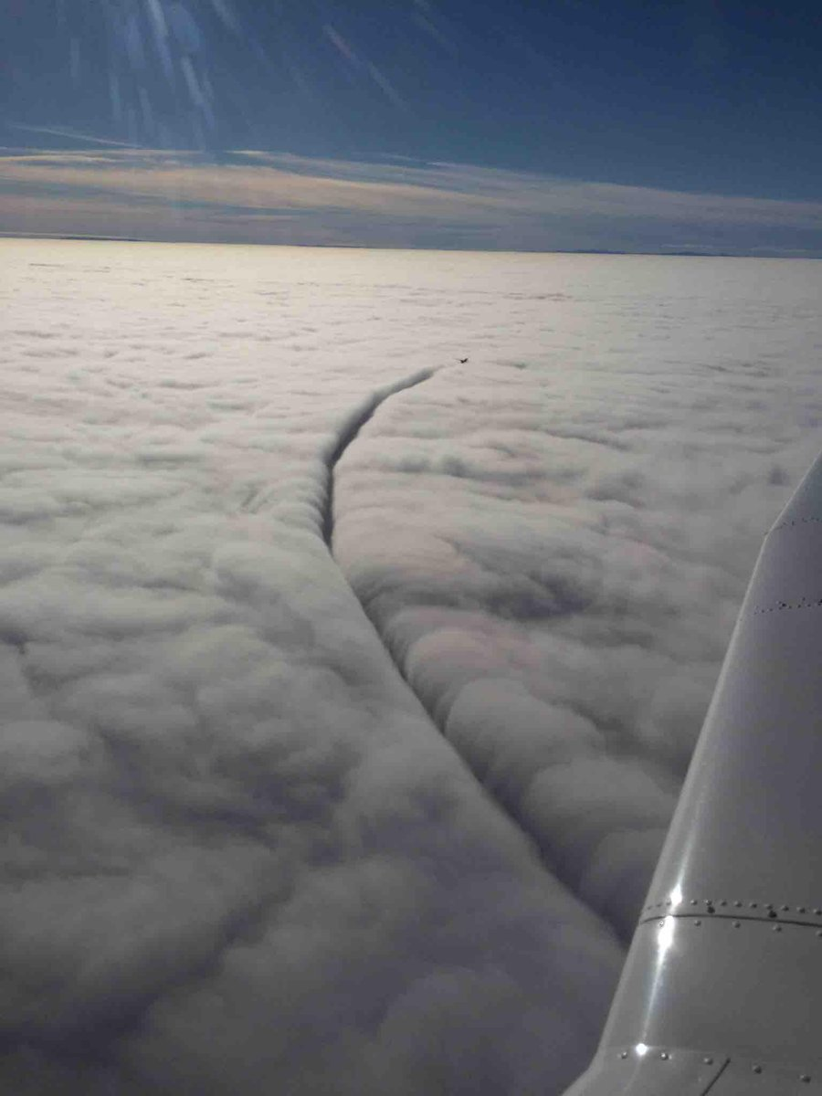 avion fendant le ciel
