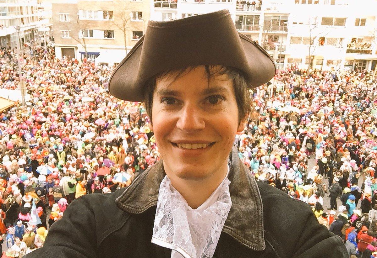Le #carnaval de #Dunkerque, événement record pour le nombre de participants au m2 ! En direct de la mairie pour le jeté de harengs ! #Happy <br>http://pic.twitter.com/auaeu337Yt