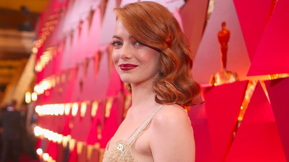#EmmaStone is wearing a @PPact  pin at the #Oscars #StandWithPP https://t.co/AsVrjq6G0j