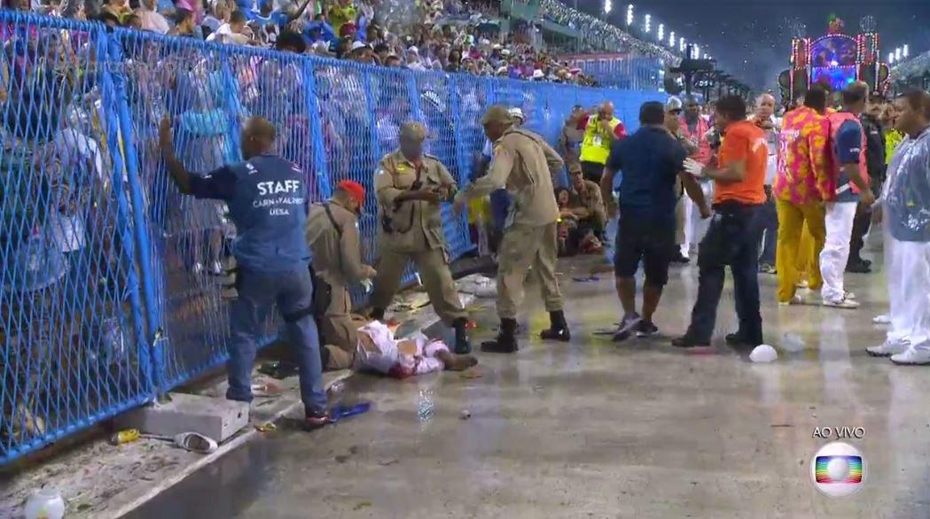 AO VIVO: são 8 pessoas feridas na Sapucaí, 4 em estado grave https://t.co/vMZDcKLeGV #carnaval