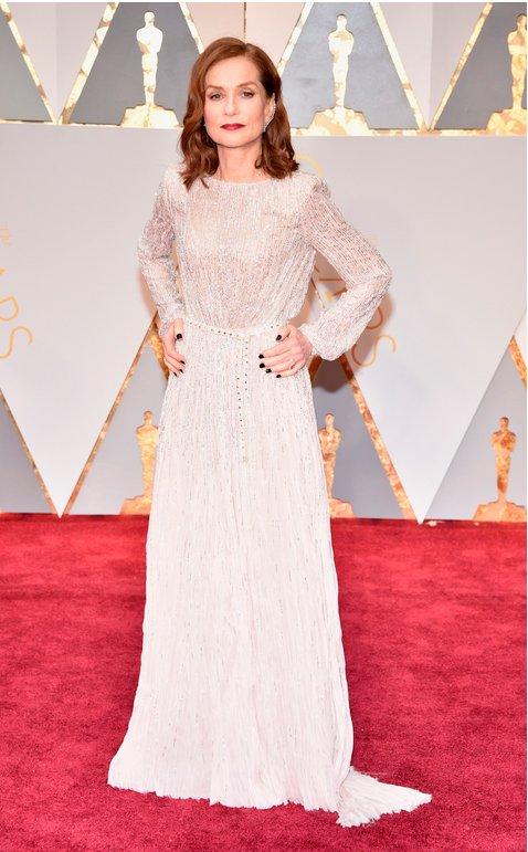 La maravillosa Isabelle Huppert, nominada por #Elle, elegantísima. ¡Que levanten la mano sus fans! 🙋🙋♂️#Oscar2017 https://t.co/iukRDAA6Fa