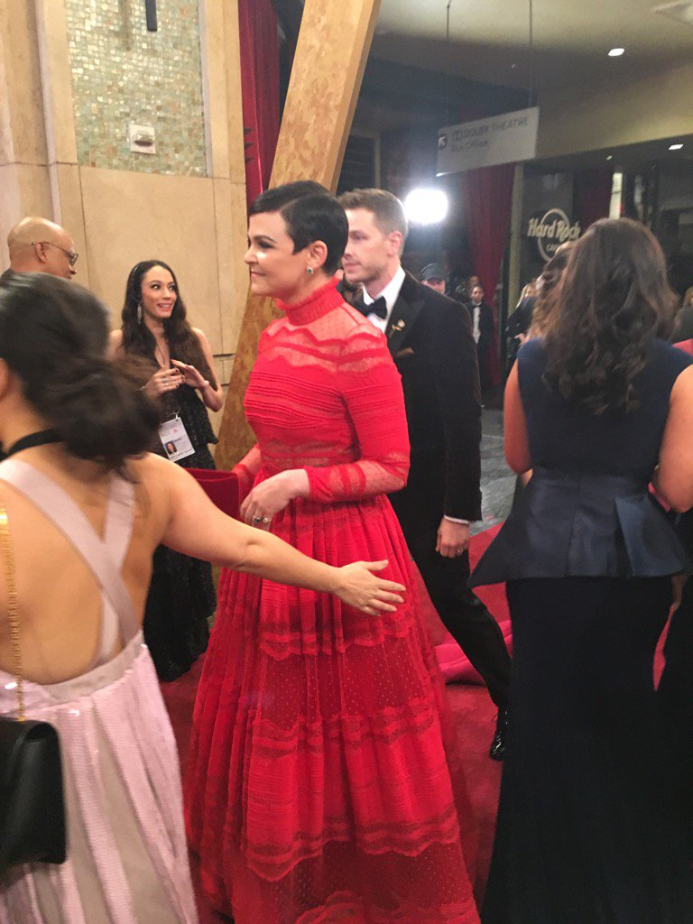 Once upon a time, a gorgeous brunette wore red on the red carpet #Oscars https://t.co/mMCJbUKeiV