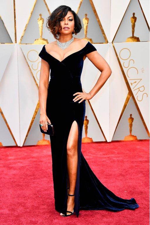 Taraji P. Henson al más puro estilo Hollywood clásico con escotazo, collar y raja pronunciada. Protagonista de #FigurasOcultas #Oscar2017 https://t.co/RbIr9IJqHd