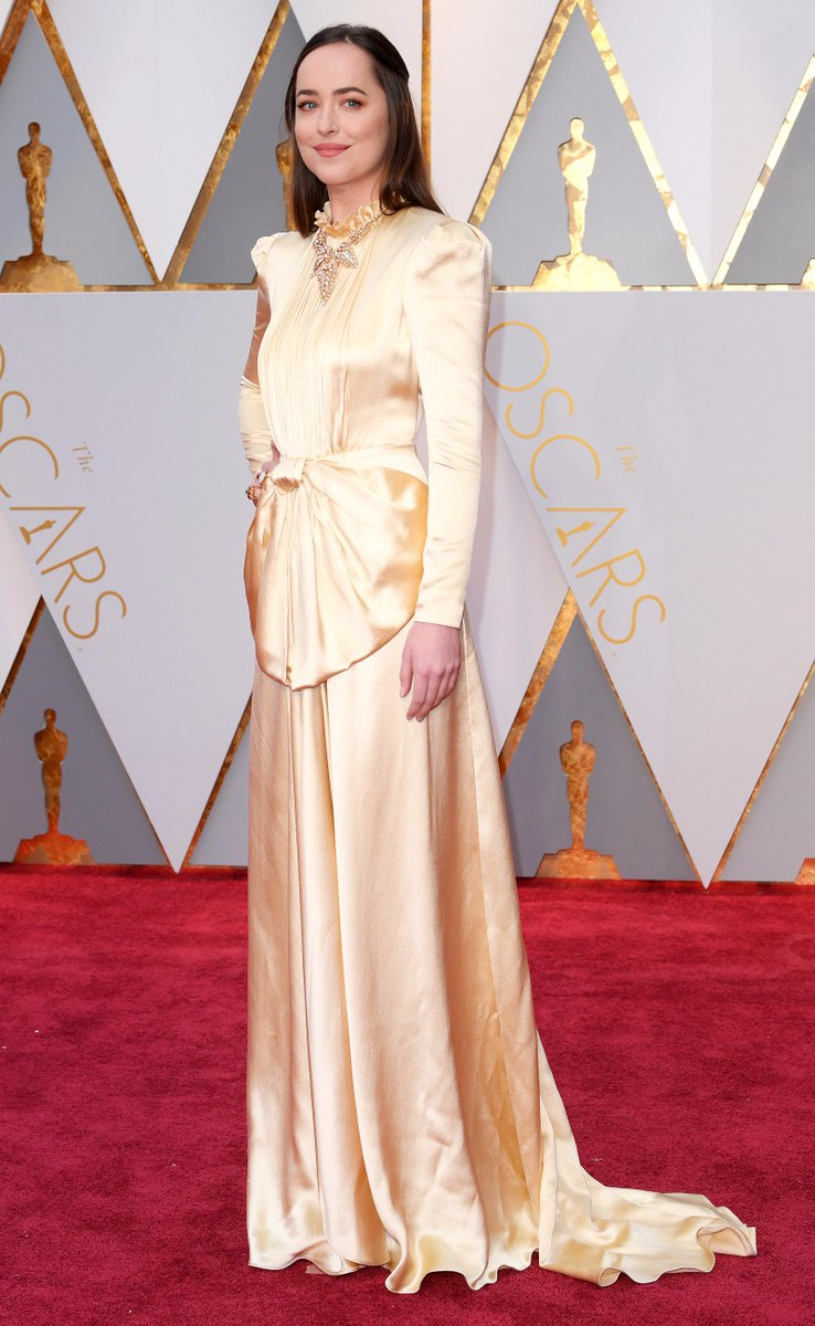 Dakota Johnson's dress was inspired by The Proposal y/n #Oscars https:...