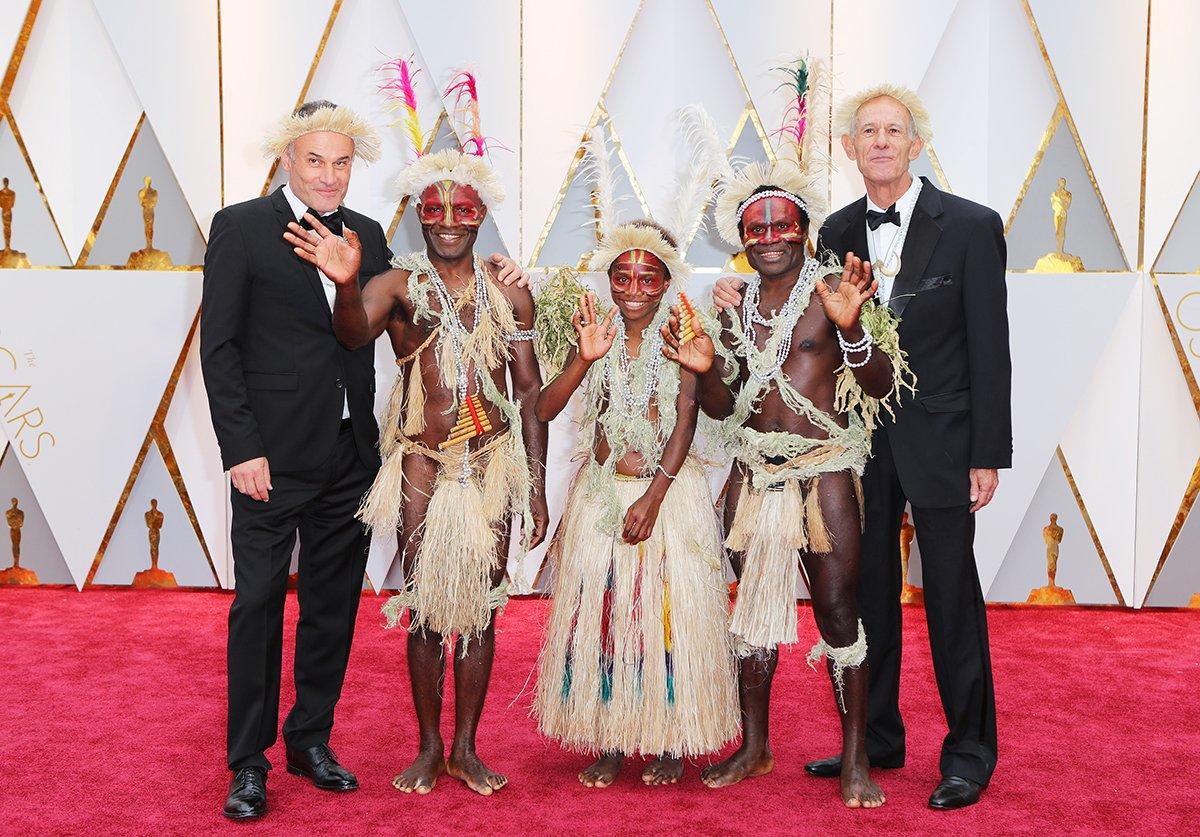 Los directores de la australiana y vanuatu #Tanna acompañados de los miembros de la tribu Yakel que la protagonizan #Oscar2017 https://t.co/3TC7JYBJCn