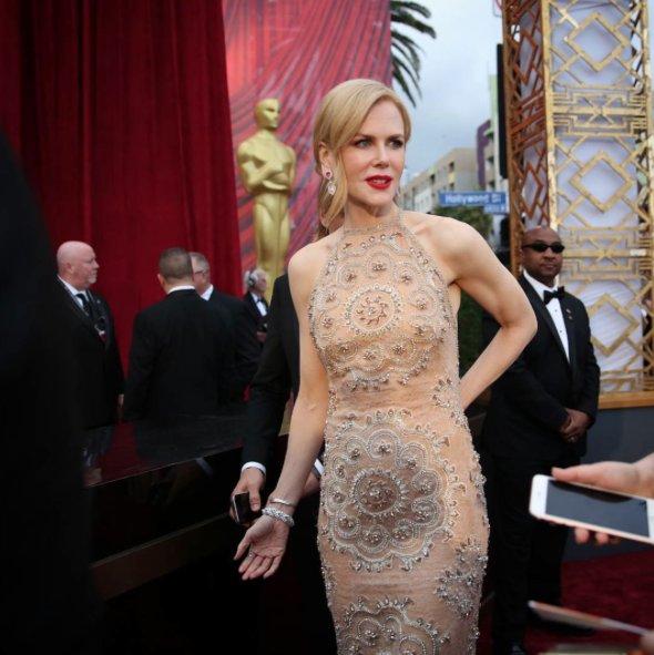 Nicole Kidman hits the #Oscars red carpet https://t.co/FAdvzAMy7b