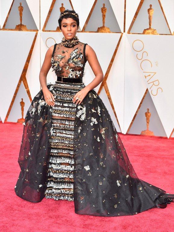 ¡Y aquí alguien no pasa desapercibida en la Alfombra Roja! Janelle Monáe que ¡se lo ha echado todo encima! Antes muerta... #Oscar2017 https://t.co/DBhcWeOnYt