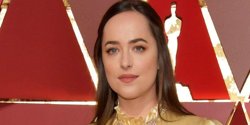 Dakota Johnson went to the #Oscars basically dressed as an Oscar: http...