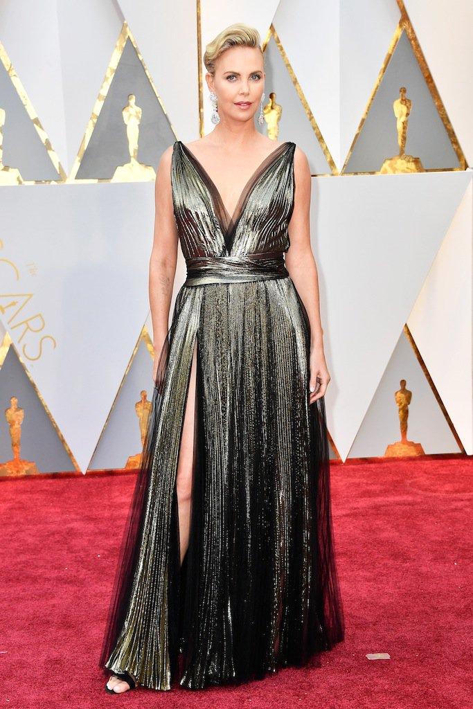 Imperator Charlize Theron, en la alfombra roja de los #Oscars https://...