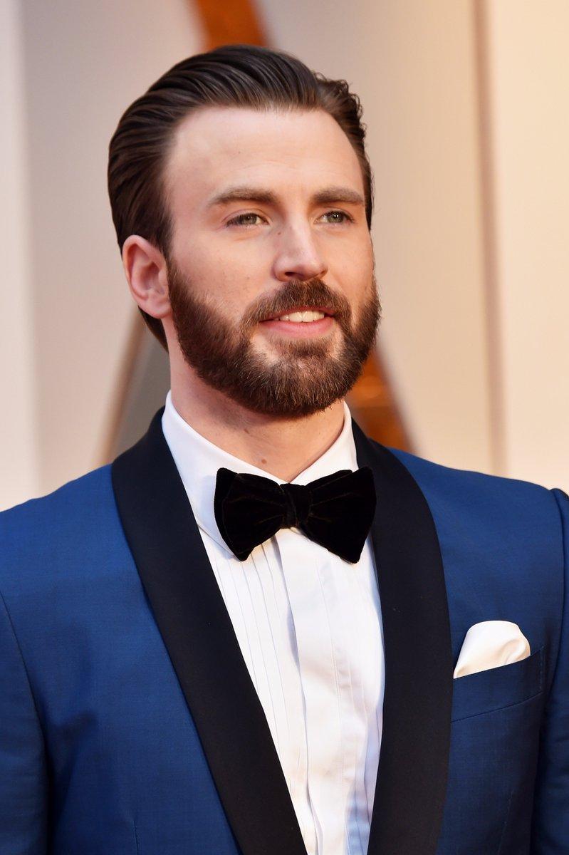 Mais um gato no tapete vermelho: Chris Evans! #Oscars https://t.co/Rxb...