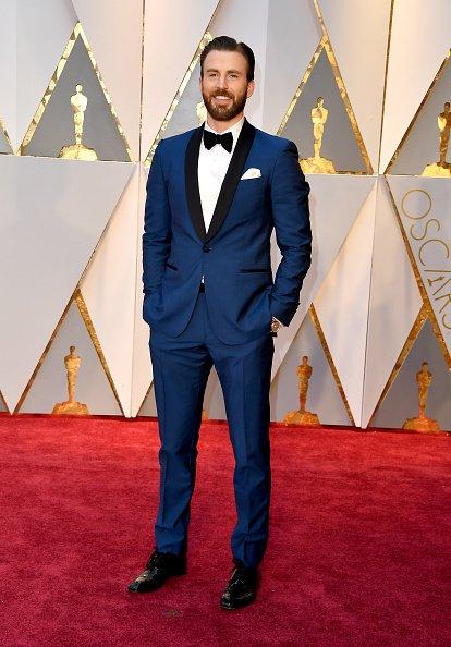 DEUS ESTÁ DE AZUL! Chris Evans chegou pro #Oscars #Oscar2017 https://t...
