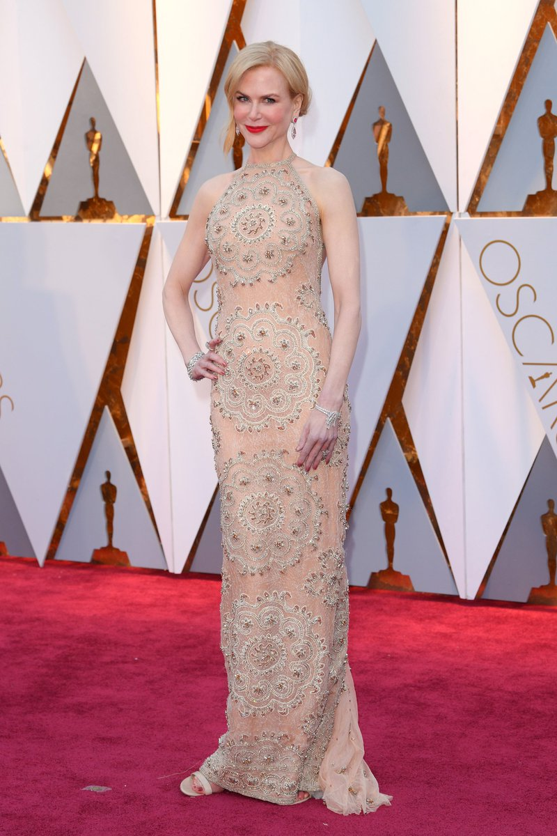 #Oscars nominee Nicole Kidman looks like a golden statuette on the car...