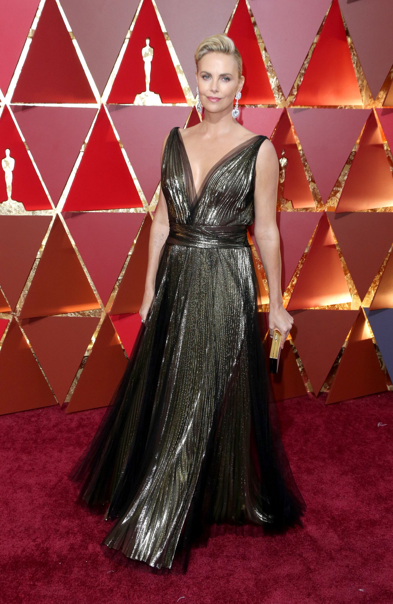 Charlize Theron (@CharlizeAfrica) looks glamorous in Dior at the #Oscars https://t.co/CE9NWs6paT https://t.co/LVpx7kYlC5