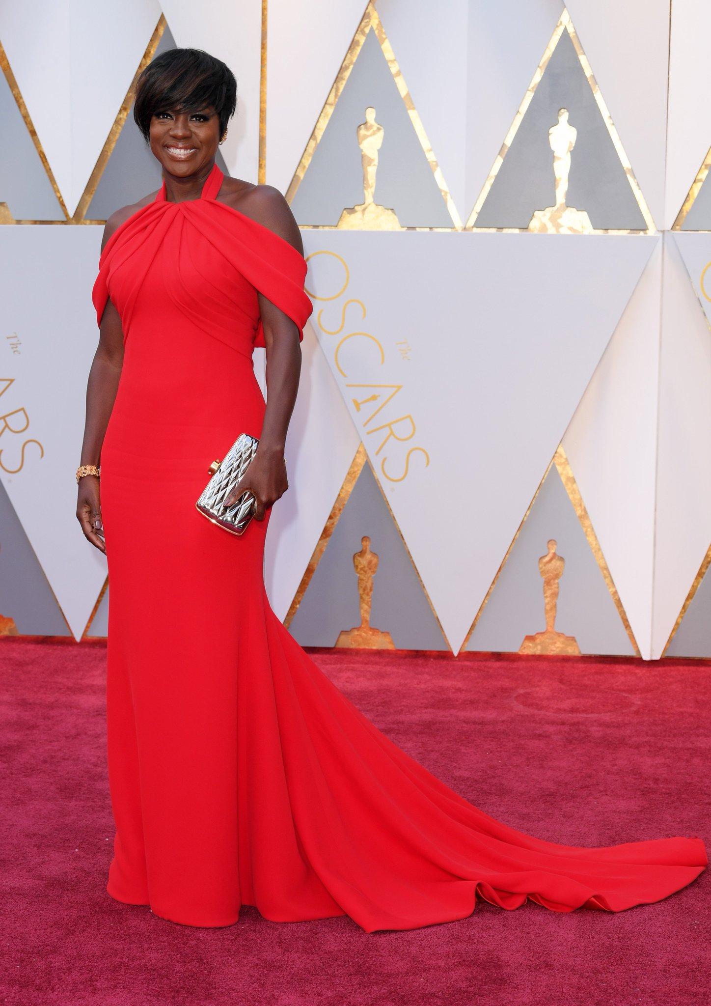 .@violadavis is smokin' hot in @armani Prive https://t.co/CE9NWs6paT #Oscars https://t.co/WCEPLJAAWe