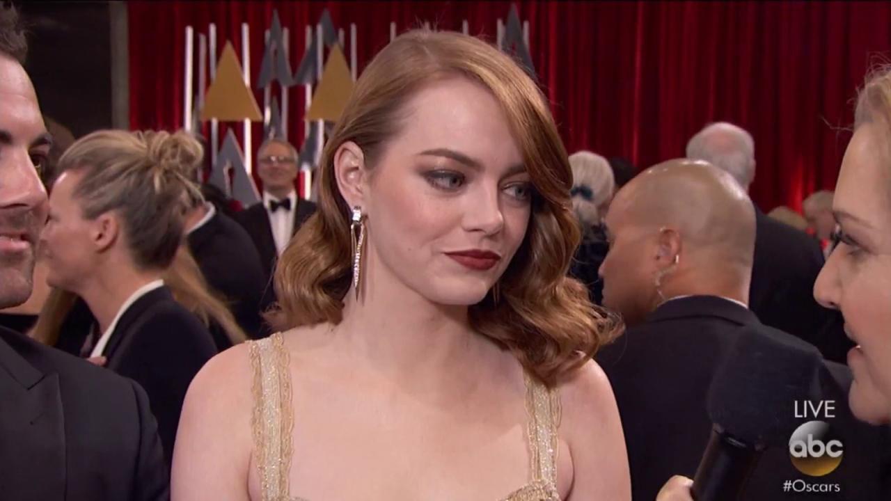 #Oscars: @JTimberlake photobombs Emma Stone on the red carpet. https://t.co/5Nbcy0WEnU