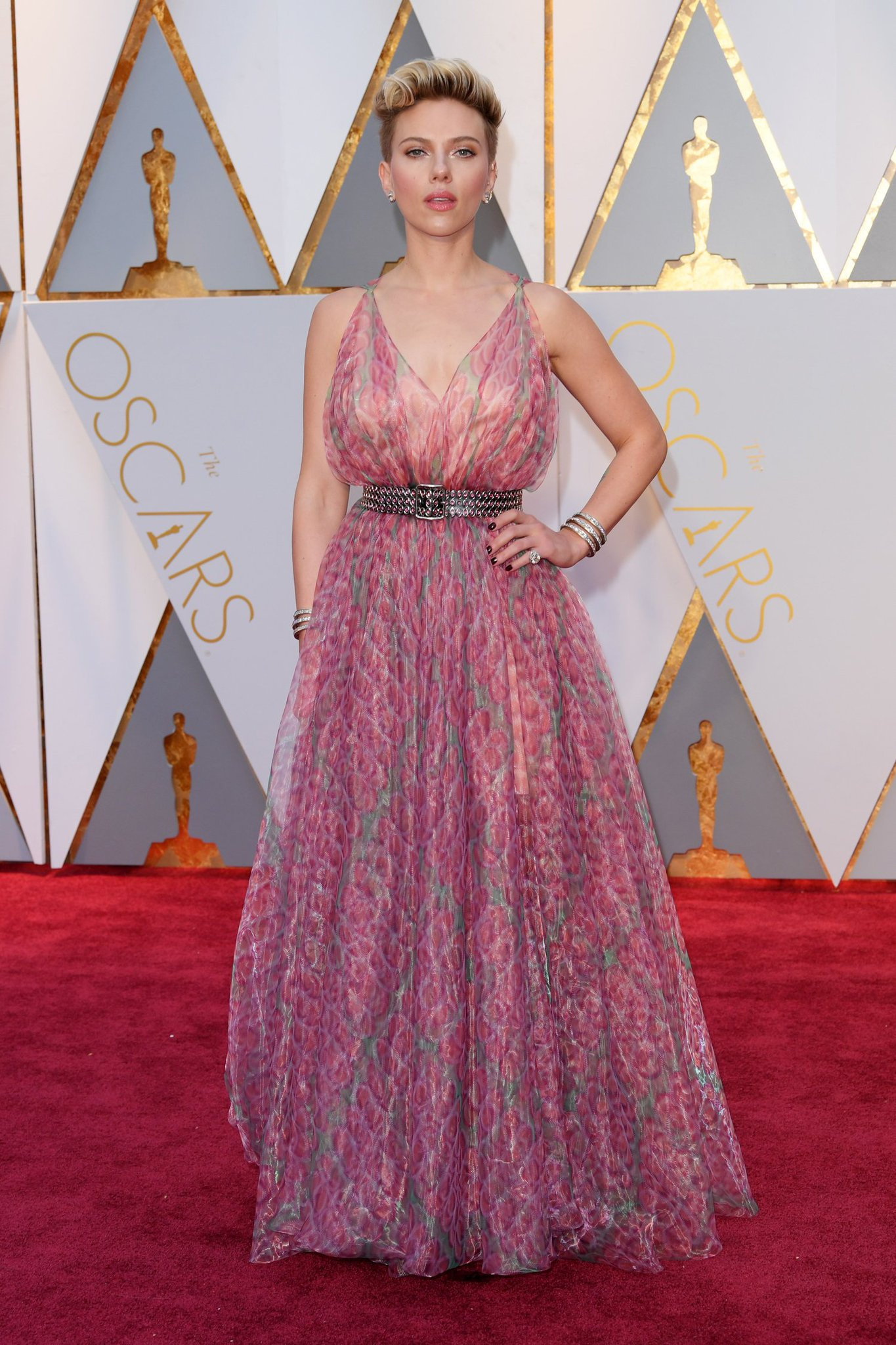 Scarlett Johansson was pretty in pink in Alaia at the #Oscars https://t.co/CE9NWs6paT https://t.co/c68O6lifhN