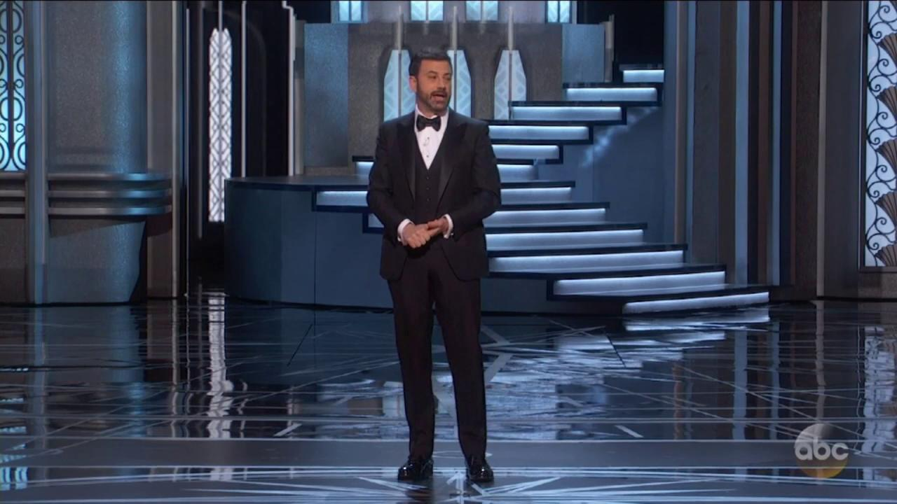 """The crowd gives """"underrated actress"""" Meryl Streep a standing ovation at the #Oscars. https://t.co/18yGDNKoW3"""