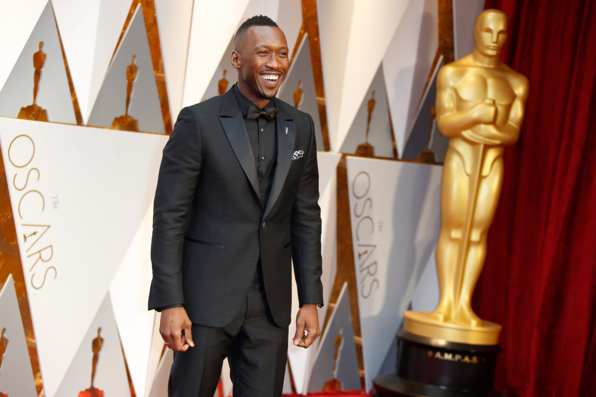 """At the #Oscars, """"Moonlight's"""" Mahershala Ali wins for supporting actor https://t.co/rHYWESnVaj https://t.co/vXY5AOahwI"""