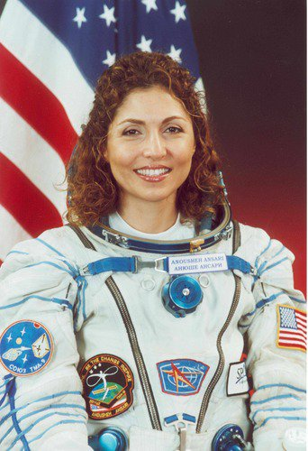 The first Muslim woman in space, @AnoushehAnsari, accepted the #oscars for filmmaker Asghar Farhadi https://t.co/xpnQDX1CAH