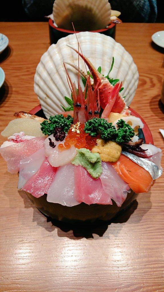 今日は朝から何度も金沢グルメ写真を見て、幸せな気持ちに浸ってます。ああ、また食べたい…(  ;∀;)近江町市場の山さん寿司の海鮮丼&...