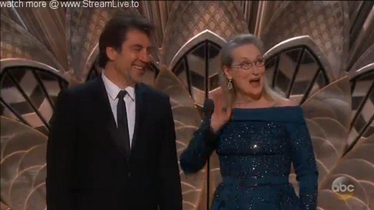 #Oscars2017 #JavierBardem &amp; Queen #MerylStreep (précédés d&#39;un hommage à #SurLaRouteDeMadison) remettent le prix de la meilleure photographie<br>http://pic.twitter.com/6DT2mO80q5