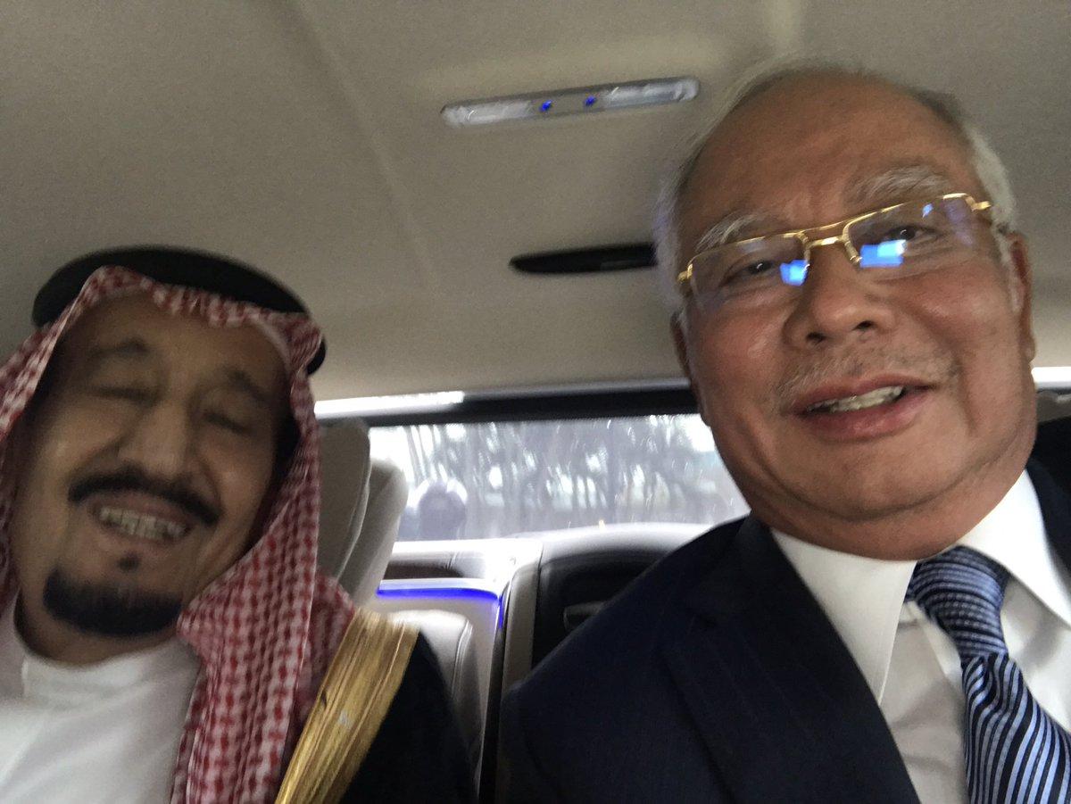 Selfie saya dengan Raja Salman , Custodian of the two Holy Mosques ! Persahabatan yang amat akrab. https://t.co/nK8aOyKYfi