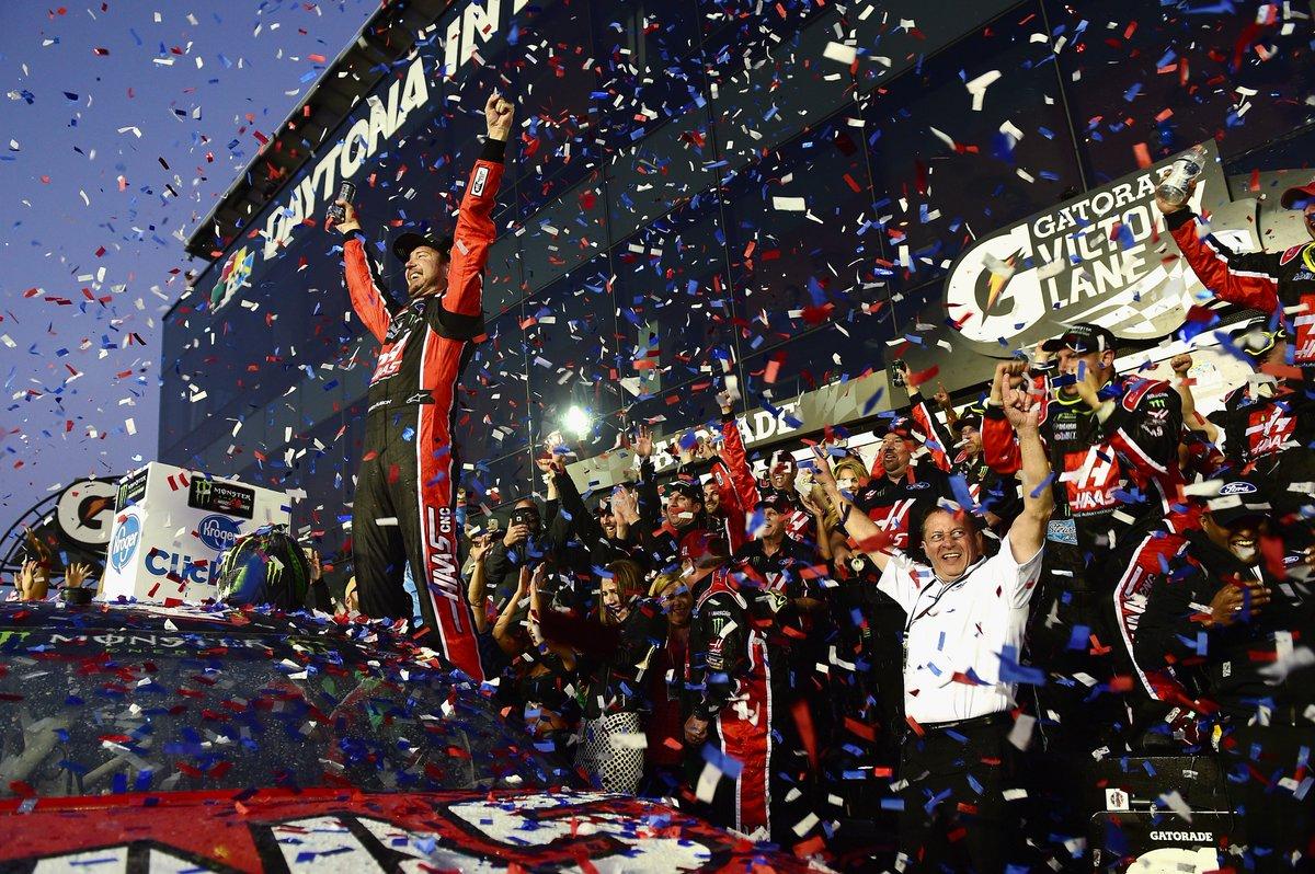 #Nascar : au terme d&#39;une étape mouvementée, c&#39;est @KurtBusch qui a remporté la 1ère victoire de la saison ! #Daytona500<br>http://pic.twitter.com/tpvA3EuB46