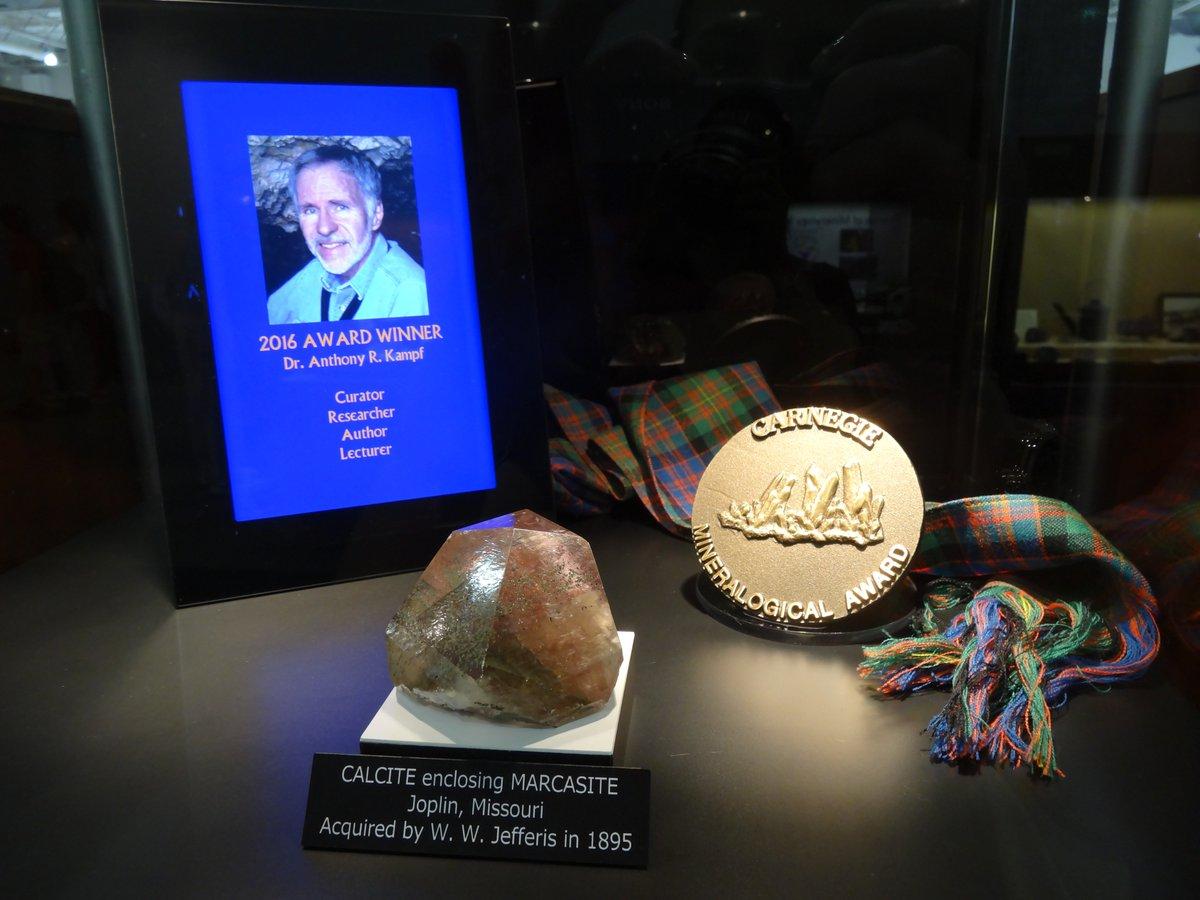 Cette année, c&#39;est Tony Kampf qui remporte le #mineralogical #award de la #Carnegie. Félicitation !<br>http://pic.twitter.com/5G4zip1PQ2