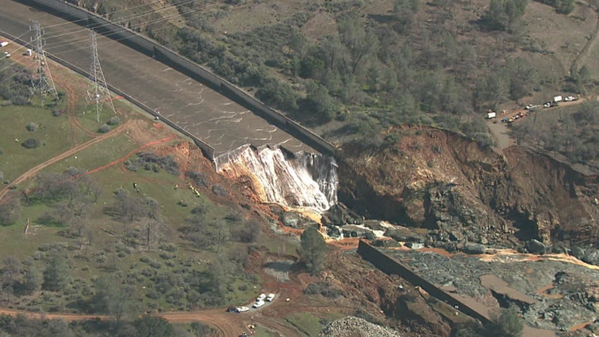 Our first view of the damaged Lake Oroville spillway without the water flowing https://t.co/boCZ5NwYB8