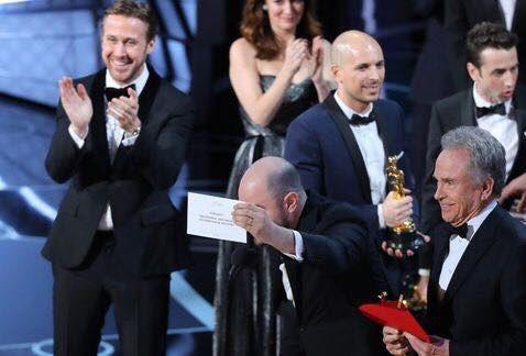 No hay forma de no amar a Ryan Gosling después de esta foto en el momento del caos. #Oscars https://t.co/zy3mGMNfgA