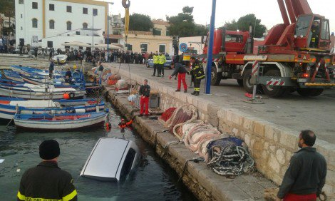 Auto finisce in mare a Mondello, recuperata dai vigili del fuoco #blogsicilianotizie https://t.co/Lp4PpRryXZ https://t.co/P1if4JM7Sf