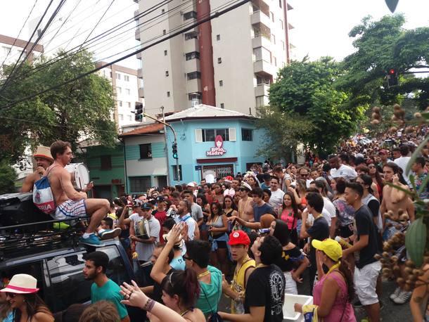 Bloco do Bargaça mistura ritmos e atrai multidão na Vila Madalena http...