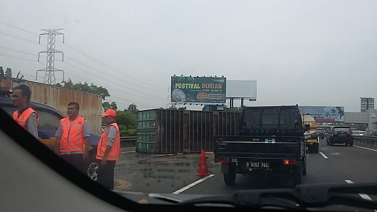 Puskominfo Bid Humas Polda Metro Jaya Truk Kontainer Terguling Tol