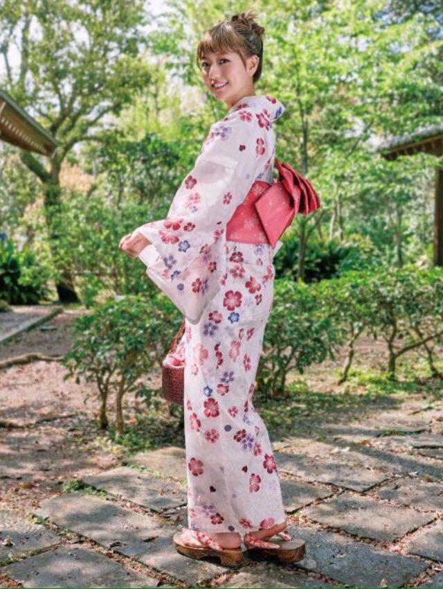 ピンクの浴衣を着た伊藤千晃