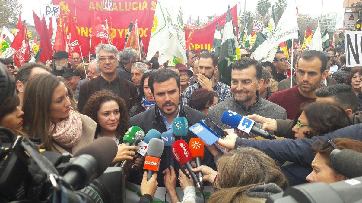 .@agarzon atiende a los medios antes de empezar la manifestación #ALaC...