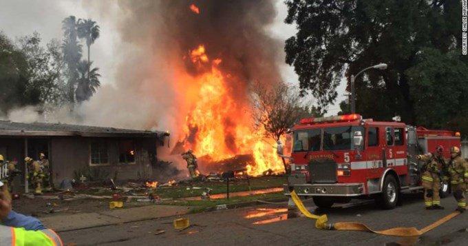 #VIDEO | Avioneta se estrelló sobre casas en EE.UU: 4 muertos bit.ly/2m3qraM #AterrizóEnElTecho #TheRoofIsOnFire #TerriblesImágenes