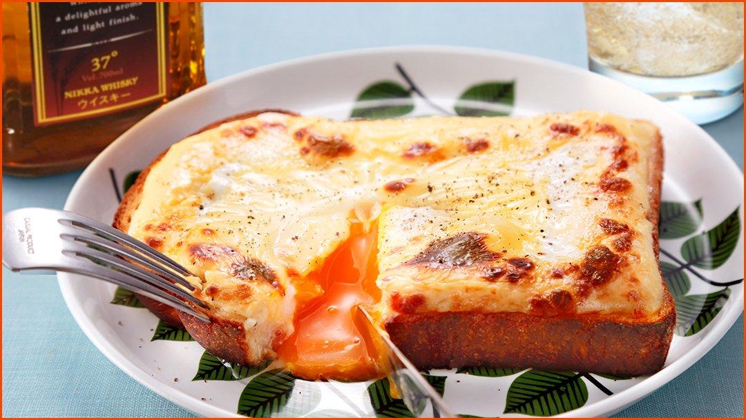 """ババーン!! \とろーり卵のマヨチーズパン/ の出来上がりじゃ!お好みで黒胡椒をプラス! こんがりチーズの下から""""とろーり卵""""が溢れ出て……、これはっ、シュワっと爽快なハイボールがぴったりじゃなっ! #マヨネーズの日"""