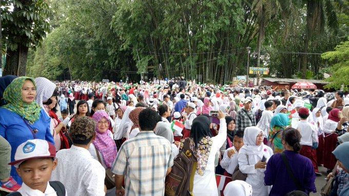 Suasana warga dan pelajar Bogor di Jalan Ir Juanda, Bogor, Jabar, depan Istana Bogor pukul 12.33 WIB