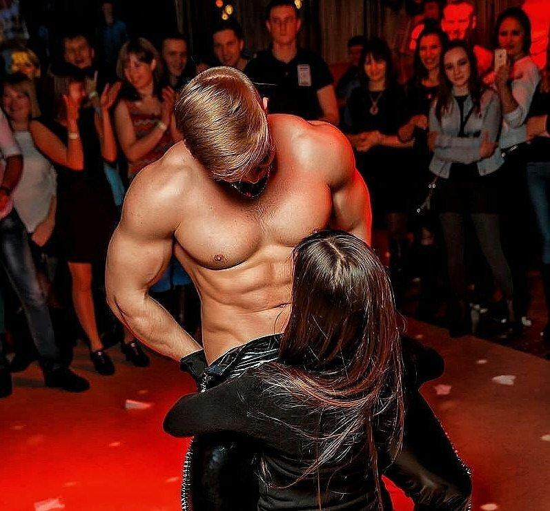 litso-paren-striptizer-mobilnie-video-porno-uprugaya-popa-i-siski