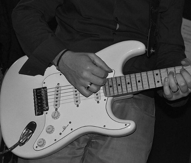 Pour cette soirée #TributeTo, les plus grands morceaux de #Rock seront à l&#39;honneur !  Nos #Musicians répètent dur  !#Music #Band #Fender.<br>http://pic.twitter.com/aMVqgySJJO