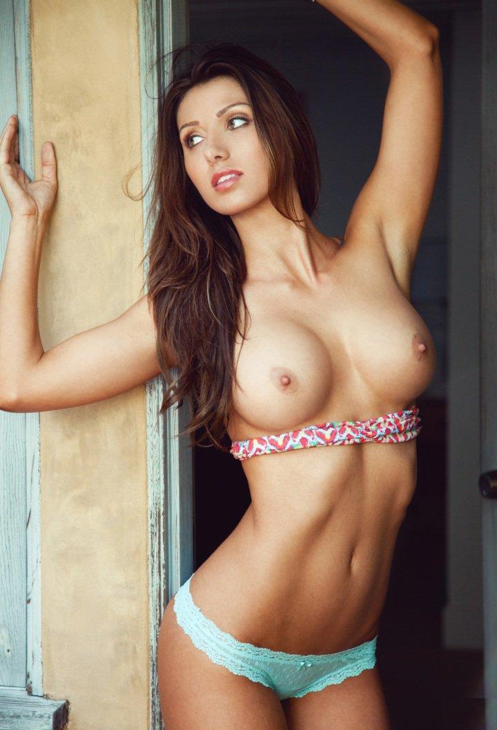 худая стройная девушка с упругой грудью