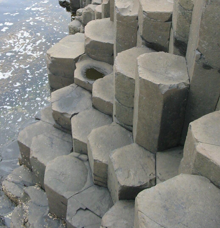 """『モアナ』見た!ヤバい!玄武岩!!玄武岩出てくるねん!!それもちゃんと""""柱状節理""""の玄武岩出て来んねん!火山地帯に多い、六角形の柱状になった玄武岩!!あれ人の手によって六角形なるんとちゃうで!!自然に六角形なるねんで!!!めっっっっっちゃ興奮したわ!!!!!!!"""