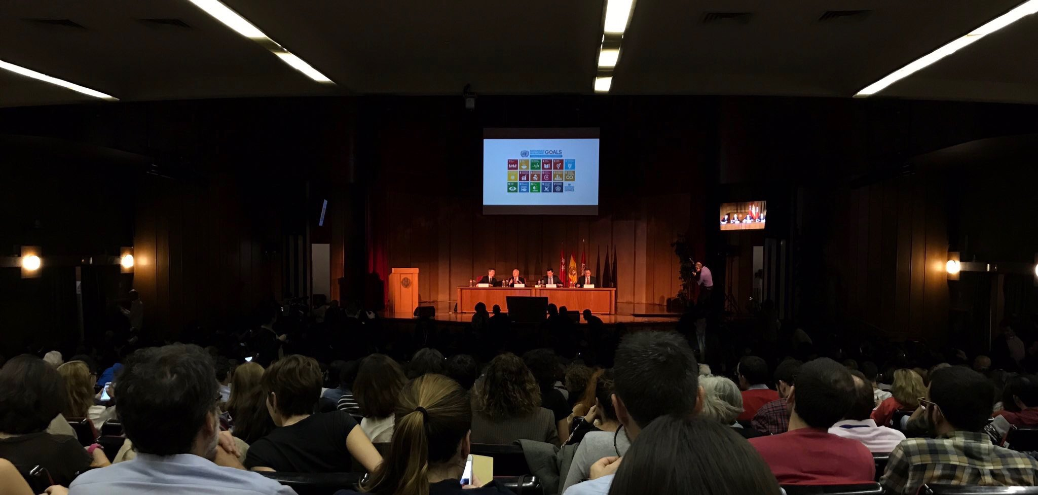 Lleno total en la conferencia de @JeffDSachs  #ODSuniversidad #agenda2030 https://t.co/MK0rb890QD